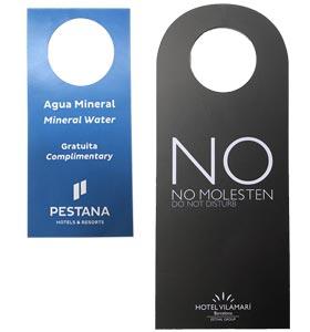 Collerettes de bouteilles et accroche-porte personnalisés pour l'hôtellerie - PCG Barcelone